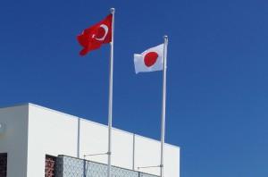トルコと日本の国旗が並んで掲揚