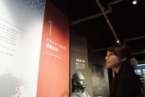 展示を見学中の中川アナ