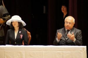 彬子女王殿下と礼拝するトルコ議会のジェミル・チチェッキ議長(右)