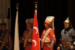 追悼式典ステージのトルコ旧軍人姿