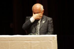 目頭を押さえるトルコ議会のジェミル・チチェッキ議長