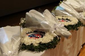 追悼式で捧げられた花輪と花束