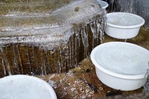 滴る水はつらら状に、しぶきは丸く凍る