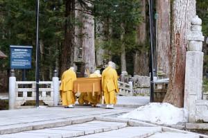 御廟橋で一礼する生身供を運ぶ僧侶