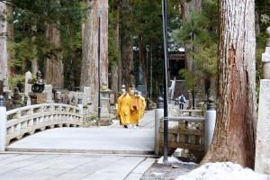 御廟に向かう生身供を運ぶ僧侶
