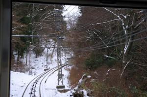 雪の中の南海高野山ケーブルカーのケーブル