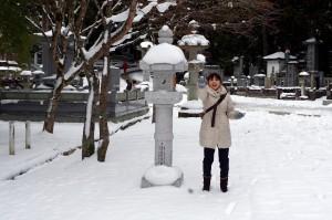 雪玉を投げる中川アナ