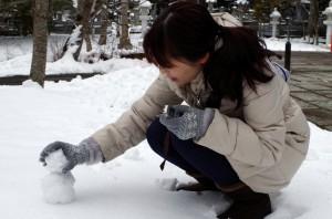 高野山で小さな雪だるまを作る中川アナ