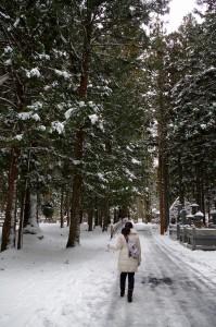 雪の高野山を行く中川アナ