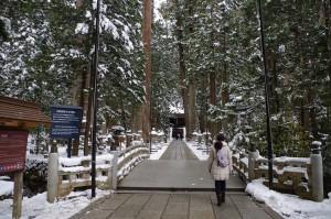雪の高野山・奥之院弘法大師御廟に向かう中川アナ