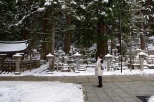 降ってきた雪を見上げる中川アナ