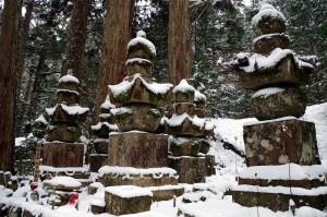 雪の高野山、奥之院の供養塔