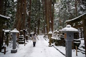 雪の高野山(奥之院参道)を歩く中川アナ