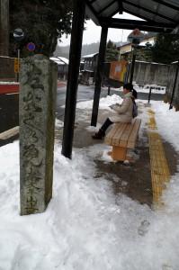 雪の高野山・バス停
