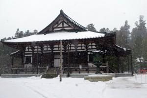 雪が降りしきる高野山・金堂