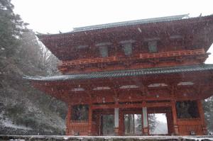 雪が降りしきる高野山の大門