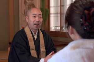 高野山・青巖寺の高井知弘副住職に話を聞く中川アナ