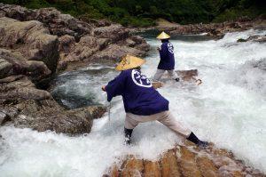 急流を下る筏師