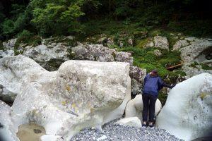 滝ノ拝で滝をのぞき込む中川アナ