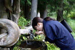 大師の水を飲む、中川アナ