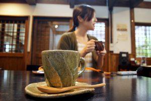 手作りのカップでコーヒーをいただく