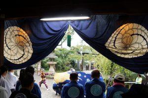 奉納獅子舞を見守る人々
