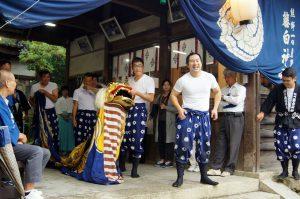 奉納獅子舞を終えた保存会の人たち