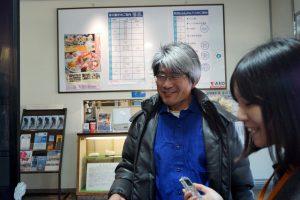 山門さんにインタビューする中川アナ(くじらの博物館)