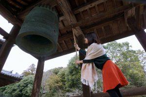粉河寺の鐘をつく中川アナ