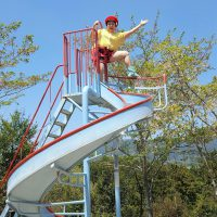 遊具に登る柳橋さん