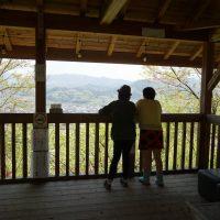 神社脇の展望・休憩所