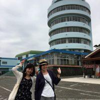 潮岬観光タワーの前で