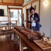 パンを選ぶ三浦さん