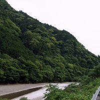 川沿いを道路が通る