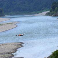 熊野川を行く川舟