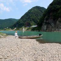 骨島の岸で待つ川舟