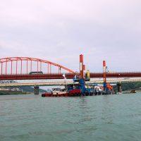 熊野大橋と砂利浚渫船