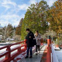蓮池の赤い橋を渡る女子