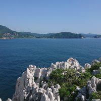 白い岩と青い海