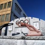 市庁舎前にオリンピック金メダリスト顕彰碑