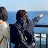 灯台から太平洋を望む女子