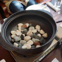 鍋底には小石がたくさん