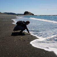 志原海岸で海にさわる