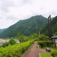 道の駅と熊野川と緑と