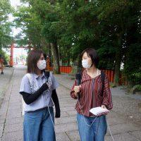 参道を行く女子2人