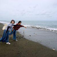 王子ヶ浜で女子2人