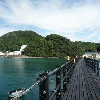 海上遊歩道から岸を望む
