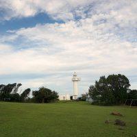 白い灯台がある