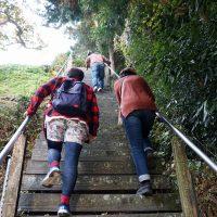 階段を上っていく女子2人