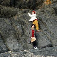 岩に上る女子2人